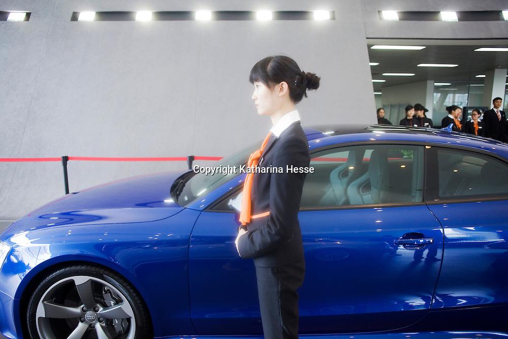 CHENGDU, 10/17/2012 :   eine Angestellte am Eingang von Audi New Elements in Chengdu.