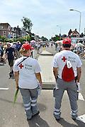 Nederland, Nijmegen, 18-7-2014Vrijwilligers van het nederlandse Rode Kruis staan op de via Gladiola en houden een oogje in het zeil vanwege de warmte en andere situaties waarbij hulp gewenst is.FOTO: FLIP FRANSSEN/ HOLLANDSE HOOGTE