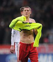 FUSSBALL   CHAMPIONS LEAGUE   SAISON 2010/2011   GRUPPE  E 08.12.2010 FC Bayern  Muenchen  - FC Basel Bastian Schweinsteiger zieht mit nacktem Oberkoerper das Trikot von Alexander Frei (FC Basel) an