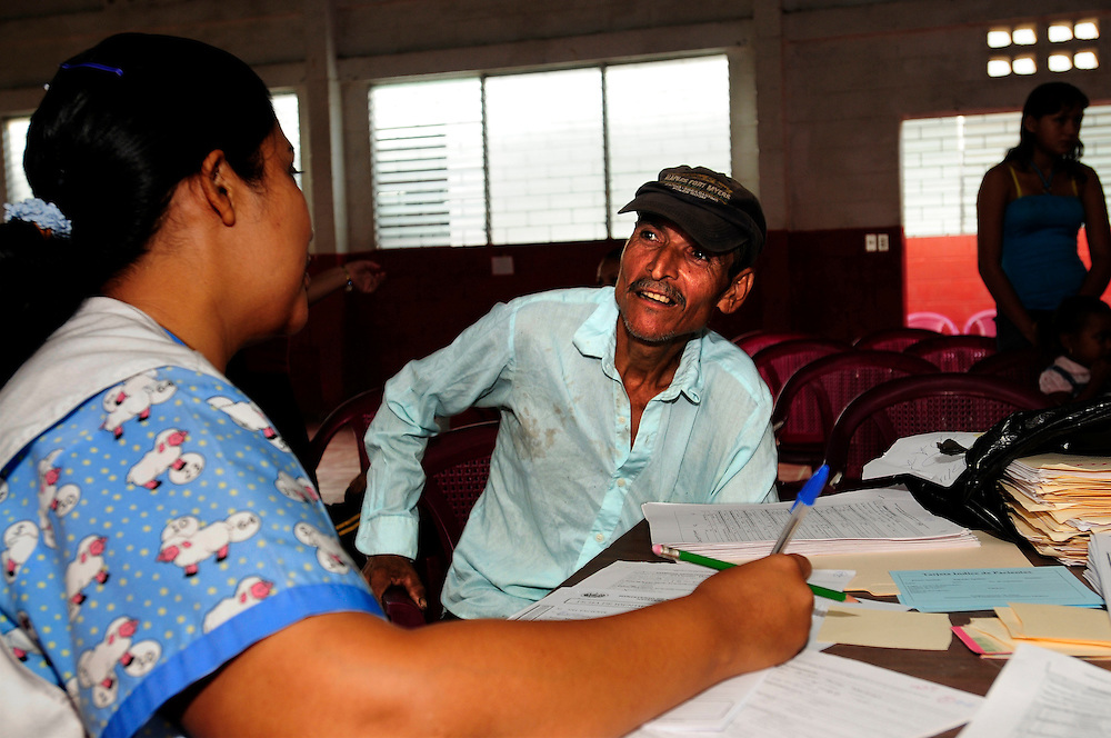 A man discusses the outcome of his tests with a doctor, as part of a series of medical investigations carried out by the 'Nefrolempa' health team into the high incidence of chronic renal failure in the region.<br />