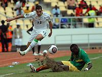 FOOTBALL - AFRICAN NATIONS CUP 2010 - GROUP A - ALGERIA v MALI - 14/01/2010 - PHOTO MOHAMED KADRI / DPPI - KARIM MATMOUR (ALG) / MOHAMED SISSOKO (MALI)