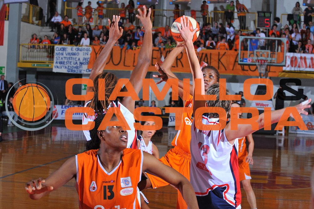 DESCRIZIONE : Schio Lega A1 Femminile 2009-10 Play Off Finale Gara 1 Famila Wuber Schio Cras Basket Taranto<br /> GIOCATORE : Rose Tillis<br /> SQUADRA : Famila Wuber Schio Cras Basket Taranto<br /> EVENTO : Campionato Lega A1 Femminile 2009-2010<br /> GARA : Famila Wuber Schio Cras Basket Taranto<br /> DATA : 05/05/2010<br /> CATEGORIA : Tiro<br /> SPORT : Pallacanestro<br /> AUTORE : Agenzia Ciamillo-Castoria/M.Gregolin<br /> Galleria : Lega Basket Femminile 2009-2010<br /> Fotonotizia : Schio Campionato Italiano Femminile Lega A1 2009-2010 Play Off Finale Gara 1 Famila Wuber Schio Cras Basket Taranto<br /> Predefinita :