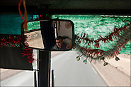 En bus sur la route du camp humanitaire Choucha à 8km de la frontière. Plus de 140 000 réfugiés ont déjà quitté la Libye par la Tunisie ou l'Egypte et des milliers continuent d'arriver chaque jours. Vendredi 25 février 2011, Camp Choucha, Tunisie..© Benjamin Girette/IP3 press