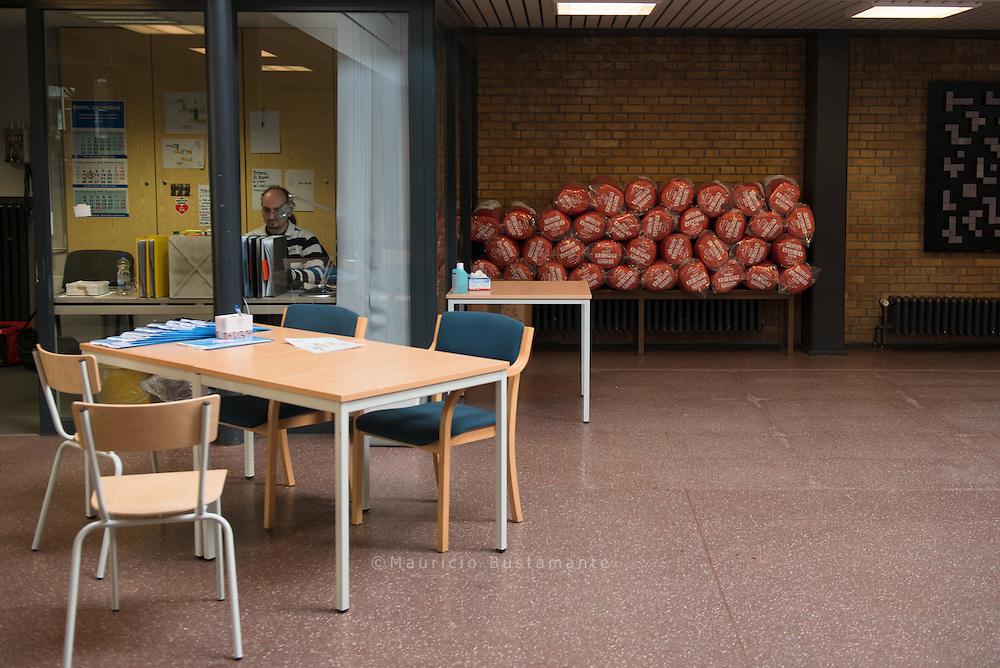 Frauen schlafen in der Weddestra&szlig;e in einem<br /> eigenen Klassenzimmer (Bild oben).<br /> Stauraum für Habseligkeiten gibt es nicht.<br /> Im Eingangsbereich der<br /> Schule liegen SCHLAFS&Auml;CKE bereit.