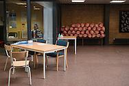 Frauen schlafen in der Weddestraße in einem<br /> eigenen Klassenzimmer (Bild oben).<br /> Stauraum für Habseligkeiten gibt es nicht.<br /> Im Eingangsbereich der<br /> Schule liegen SCHLAFSÄCKE bereit.