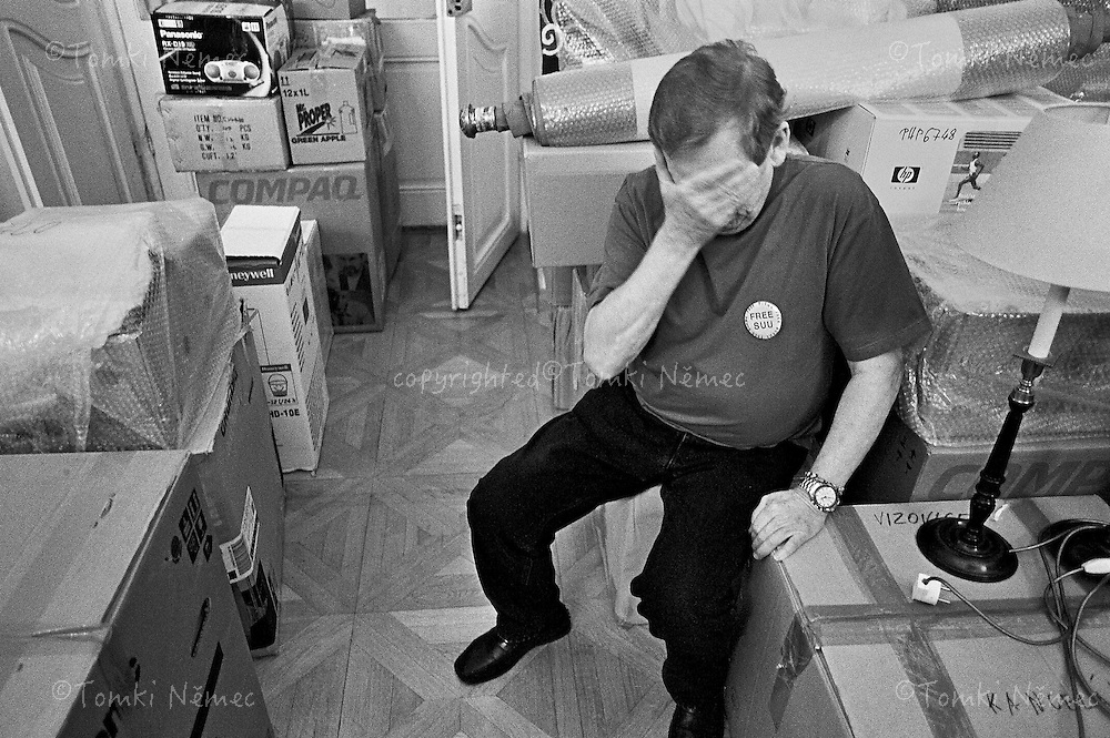CZECH REPUBLIC, PRAGUE_JANUARY 2003...PRESIDENT VACLAV HAVEL LEAVES THE OFFICE OF PRESIDENT OF THE CZECH REPUBLIC AFTER THIRTEEN YEARS IN OFFICE. JANUARY 2003...VACLAV HAVEL WRAPPED THE LAST BOX, CONTAINING A LARGE QUANTITY OF BOOKS, GIFTS AND OTHER OBJECTS THAT HAD ACCUMULATED DURING THE THIRTEEN YEARS OF HIS PRESIDENCY..PRAGUE - OFFICE OF THE PRESIDENT, JANUARY  2003