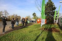 Mannheim. 22.11.17 | <br /> Feudenheim. Vor der ehemaligen US Kaserne Spinelli. Hier soll die Bundesgartenschau 2023 stattfinden.<br /> Die BUGA 2023 in Mannheim r&uuml;ckt n&auml;her. Mit dem Konzept &bdquo;Mannheim verbindet&ldquo; entsteht bis 2023 innerst&auml;dtisch eine neue Parklandschaft &ndash; f&uuml;r eine bessere Lebensqualit&auml;t und ein angenehmeres Stadtklima. Als Auftakt zur BUGA Mannheim 2023 wird deshalb direkt im Zentrum des Gartenschaugel&auml;ndes eine Esskastanie (Castanea sativa), Baum des Jahres 2018, gepflanzt. <br /> <br /> <br /> Bild: Markus Prosswitz 22NOV17 / masterpress (Bild ist honorarpflichtig - No Model Release!) <br /> BILD- ID 00560 |