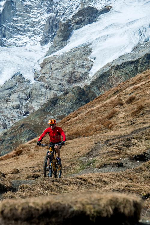 15-09-2017 ITA: BvdGF Tour du Mont Blanc day 6, Courmayeur <br /> We starten met een dalende tendens waarbij veel uitdagende paden worden verreden. Om op het dak van deze Tour te komen, de Grand Col Ferret 2537 m., staat ons een pittige klim (lopend) te wachten. Na een welverdiende afdaling bereiken we het Italiaanse bergstadje Courmayeur. Machiel vasa