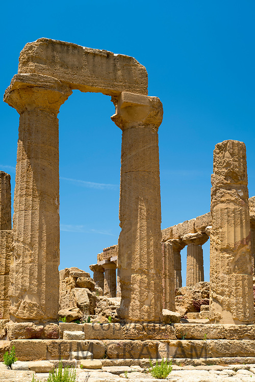 Doric style stone columns of the Temple of Juno ( Hera ) in the Valley of the Temples, Agrigento, Sicily, Italy