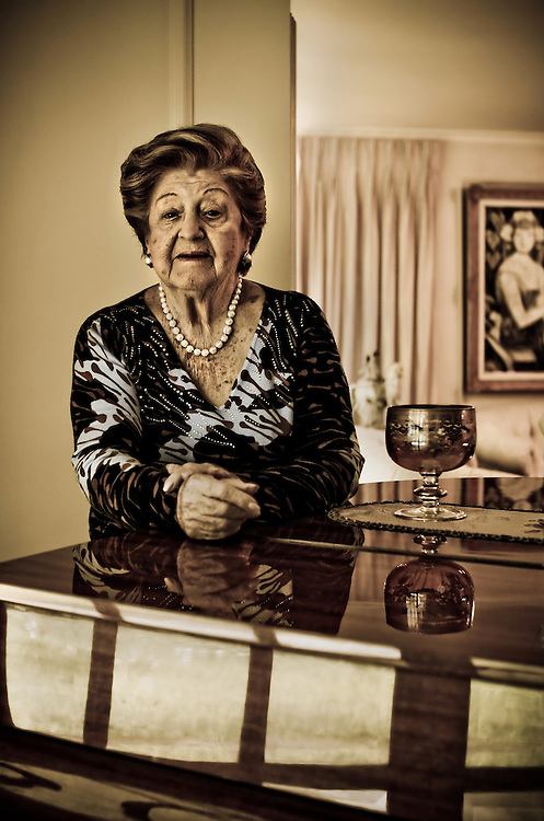 PORTRAITS OF SURVIVORS AND IMMIGRANTS <br /> Sobreviviente del Holocausto / Holocaust Survivor.<br /> <br /> Sra. Rosika Davidsohn de Schachter.<br /> <br /> Naci&oacute; en Dorabani, Rumania, el 22 de julio de 1922. Teniendo cinco a&ntilde;os la familia se mud&oacute; a Czernowitz, Ante la inminente guerra se cas&oacute; en 1940 con Nathan Schachter y en 1941 fueron llevados al gueto de Czernowitz y de inmediato deportados a Mogilev, donde estuvieron hasta 1943. Consiguieron escapar a Dorohoi pero los capturaron de nuevo y los enviaron al gueto de Viznitz. En diciembre de 1944 huyeron a Bucarest, donde naci&oacute; su hija. En 1950 viajaron a Israel, luego a Curazao donde su esposo fue l&iacute;der espiritual de la comunidad Ashkenaz&iacute;, y en 1960 se instal&oacute; en Venezuela donde consolid&oacute; una familia en la que ha tenido la bendici&oacute;n de ver nacer bisnietos.<br /> <br /> Photography by Aaron Sosa<br /> Caracas - Venezuela 2010<br /> (Copyright &copy; Aaron Sosa)