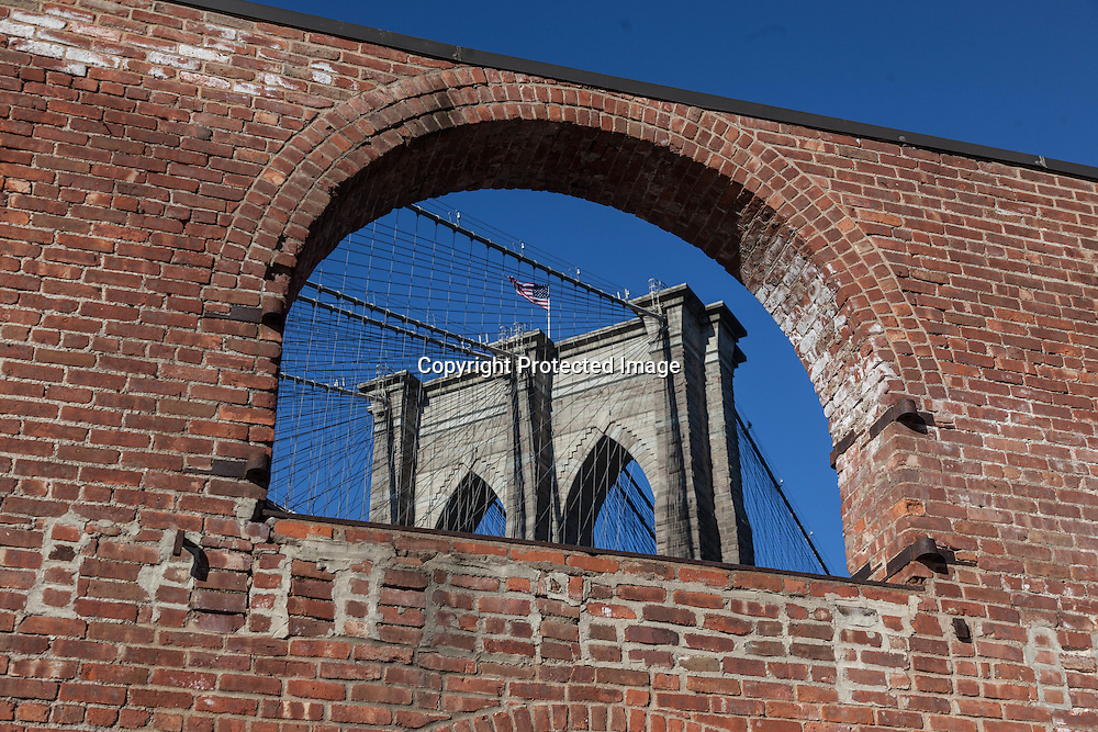 New York. brooklyn. under Brooklyn bridge . the old tobacco factory  New York  Usa /  anciens entrepots de tabac renoves sous le pont de Brooklyn .  New York