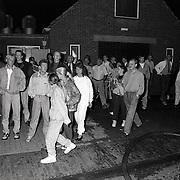NLD/Huizen/19910921 - Brand kos Koperslager Huizen, vermoedelijk aangestoken door een pyromaan, publiek kijkt toe