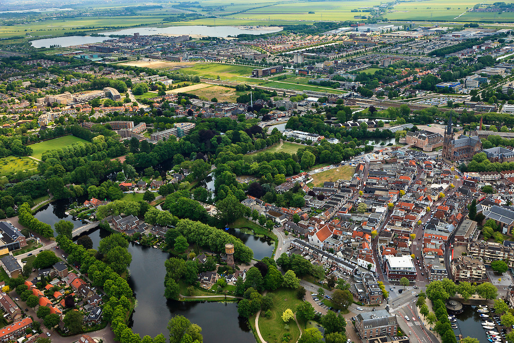 Nederland, Utrecht, Woerden, 22-05-2011; het centrum van Woerden van oudsher legerplaats en vesting, herkenbaar aan de stervorm. Rechts het Defensie-eiland met het Kasteel van Woerde en loodsen van het voormalige Centraal Magazijn van Kleding en Uitrusting van de landmacht. In het centrum Molen de Windhond en de  Petruskerk..Center of Woerden, traditional army town and fortress, identifiable by the star shape. Right Defence Island with Castle Woerden and barracks of the former Central Warehouse for Clothing and Equipment of the army..luchtfoto (toeslag); aerial photo (additional fee required);.foto Siebe Swart / photo Siebe Swart