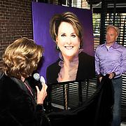 NLD/Naarden/20081006 - Boekpresentatie Catherine & Friends, Catherine onthuld schilderij van Hajo van Zon