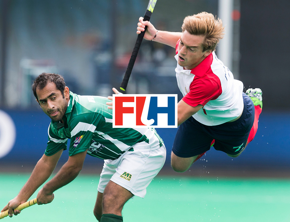 ANTWERP -   Hugo Genestet (r) is stopped by Pakistan Rashid Mehmood  during  the hockeymatch   Pakistan vs France  WSP COPYRIGHT KOEN SUYK