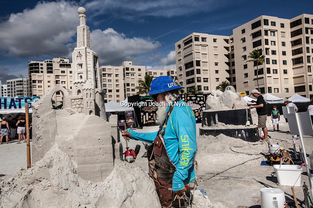 20151120 Fort Myers Beach <br /> Florida USA<br /> Amerikanska m&auml;sterskapen i Sandskulpturer<br /> Amazon Walter fr&aring;n Texas<br /> <br /> <br /> FOTO : JOACHIM NYWALL KOD 0708840825_1<br /> COPYRIGHT JOACHIM NYWALL<br /> <br /> ***BETALBILD***<br /> Redovisas till <br /> NYWALL MEDIA AB<br /> Strandgatan 30<br /> 461 31 Trollh&auml;ttan<br /> Prislista enl BLF , om inget annat avtalas.