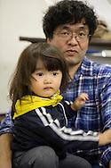 Sonen Mashiro Segawa och pappa Yoshinobu. <br /> <br /> Hinan Mama Net, &auml;r en st&ouml;dgrupp f&ouml;r mammor som har evakuerat fr&aring;n Fukushima prefekturen till Tokyo. Gruppen startades av Rika Mashiko.