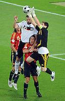 FUSSBALL EUROPAMEISTERSCHAFT 2008  Deutschland - Spanien    29.06.2008 Lufkampf zwischen Sergio Ramos (ESP), Christoph Metzelder (GER), Carles Puyol (ESP) und Iker Casillas (ESP, von links).