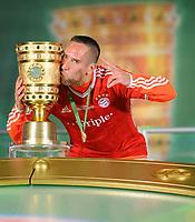 Fotball<br /> Tyskland<br /> 01.06.2013<br /> Foto: Witters/Digitalsport<br /> NORWAY ONLY<br /> <br /> FC Bayern Muenchen, DFB-Pokalsieger 2013, Franck Ribery mit Pokal<br /> <br /> Fussball, DFB-Pokal-Finale 2013, FC Bayern München - VfB Stuttgart