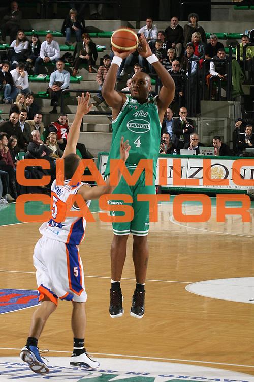 DESCRIZIONE : Treviso Lega A1 2007-08 Benetton Treviso Tisettanta Cantu <br /> GIOCATORE : Mario Austin <br /> SQUADRA : Benetton Treviso <br /> EVENTO : Campionato Lega A1 2007-2008 <br /> GARA : Benetton Treviso Tisettanta Cantu <br /> DATA : 20/10/2007 <br /> CATEGORIA : Tiro<br /> SPORT : Pallacanestro <br /> AUTORE : Agenzia Ciamillo-Castoria/M.Marchi<br /> Galleria : Lega Basket A1 2007-2008 <br /> Fotonotizia : Treviso Campionato Italiano Lega A1 2007-2008 Benetton Treviso Tisettanta Cantu <br /> Predefinita :