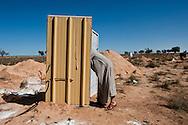 Les toilettes au camps sont soient en plein air soient dans ce genre de cabine. Plus de 140 000 réfugiés ont déjà quitté la Libye par la Tunisie ou l'Egypte et des milliers continuent d'arriver chaque jours. Mercerdi 2 Mars 2011, camp humanitaire Choucha, Tunisie..© Benjamin Girette / AP