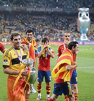 FUSSBALL  EUROPAMEISTERSCHAFT 2012   FINALE Spanien - Italien            01.07.2012 Torwart Iker Casillas (Spanien) mit dem EM Pokal in klein in der Hand und in gross im Hintergrund