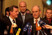 13 NOV 2003, BERLIN/GERMANY:<br /> Wilhelm Schmidt (L), MdB, SPD, Parl. Geschaeftsfuehrer der SPD BT-Fraktion, Carl-Ludwig Thiele (M), MdB, FDP, Stellv. Fraktionsvorsitzender, und Volker Kauder (R), MdB, CDU, Parl. Geschaeftsfuehrer der CDU/CSU BT-Fraktion, waehrend einer Pressekonferenz zum Ergebnis der ersten Sitzung des Vermittlungsausschusses, Bundesrat<br /> IMAGE: 20031113-01-022<br /> KEYWORDS: Auschuß, Vermittlungsausschuß, Mikrofon, microphone