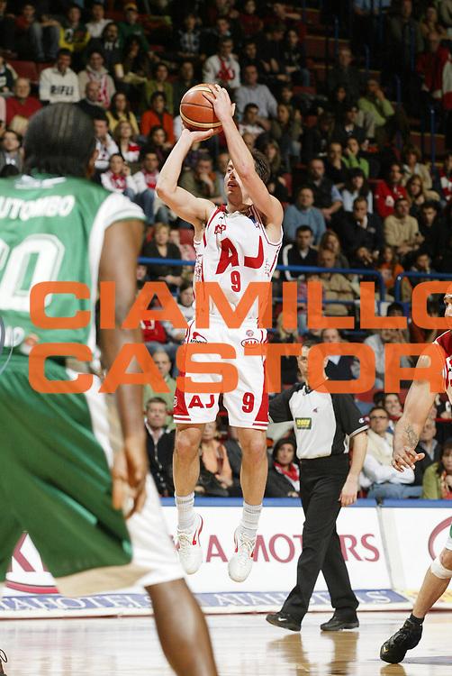 DESCRIZIONE : Milano Lega A1 2005-06 Armani Jeans Olimpia Milano Air Avellino<br /> GIOCATORE : Bulleri<br /> SQUADRA : Armani Jeans Olimpia Milano<br /> EVENTO : Campionato Lega A1 2005-2006 <br /> GARA : Armani Jeans Olimpia Milano Air Avellino<br /> DATA : 12/03/2006 <br /> CATEGORIA : Tiro <br /> SPORT : Pallacanestro <br /> AUTORE : Agenzia Ciamillo-Castoria/G.Cottini