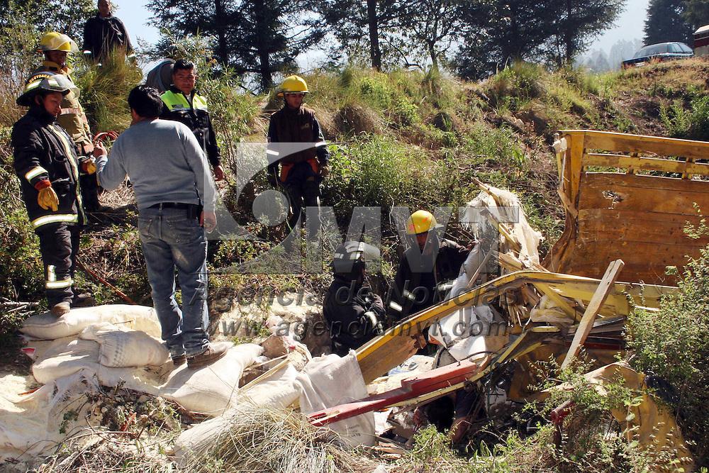 OCOYOACAC, Mex.- Alrededor de las 08:00 horas de este s&aacute;bado, en el kil&oacute;metro 10 de la carretera La Marquesa-Tenango, en el paraje conocido como el potrero,  un cami&oacute;n tipo Tort&oacute;n cargado de costales de ma&iacute;z molido perdi&oacute; el control y cay&oacute; a un barranco, en el que murieron tres personas que viajaban a bordo, bomberos de este municipio realizaron el rescate de los cuerpo y elementos de la ASE y polic&iacute;a municipal de Ocoyoacac auxiliaron para dar paso al tr&aacute;nsito vehicular. Agencia MVT / Jos&eacute; Hern&aacute;ndez. (DIGITAL)<br /> <br /> NO ARCHIVAR - NO ARCHIVE