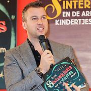 NLD/Amsterdam/20121113 - Presentatie DE Sinterklaasboekjes 2012, Winston Gerstanowitz met het sinterklaasboek