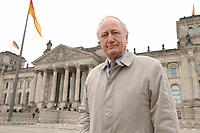 10 MAR 2003, BERLIN/GERMANY:<br /> Heinrich August Winkler, Professor fuer neuste Geschichte an der Humbold-Universitaet Berlin, vor dem Reichstagsgebaeude<br /> IMAGE: 20030310-01-035<br /> KEYWORDS: Historiker