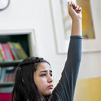 Nederland Rotterdam 23-09-2009 20090923 Serie over onderwijs,  openbare scholengemeenschap voor mavo, havo en vwo.  leerling steekt vinger in de lucht en wacht op zijn beurt voor uitleg.                                    .Foto: David Rozing