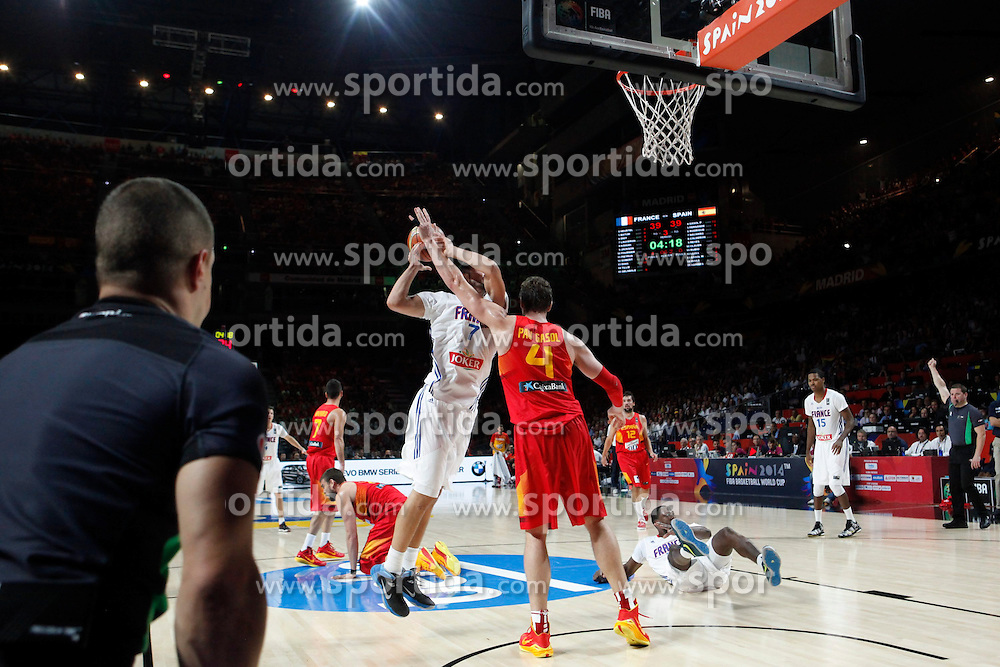 10.09.2014, Palacio de los deportes, Madrid, ESP, FIBA WM, Frankreich vs Spanien, Viertelfinale, im Bild Spain´s Pau Gasol and France´s Lauvergne // during FIBA Basketball World Cup Spain 2014 Quarter-Final match between France and Spain at the Palacio de los deportes in Madrid, Spain on 2014/09/10. EXPA Pictures © 2014, PhotoCredit: EXPA/ Alterphotos/ Victor Blanco<br /> <br /> *****ATTENTION - OUT of ESP, SUI*****