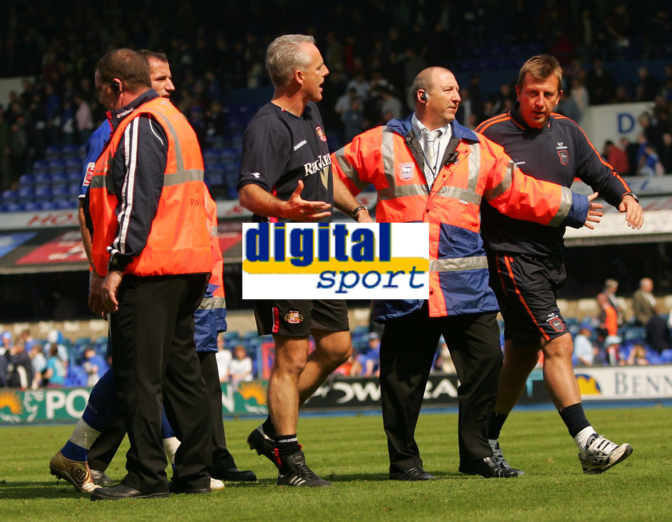 Fotball<br /> England 2004/2005<br /> Foto: SBI/Digitalsport<br /> NORWAY ONLY<br /> <br /> Ipswich Town v Sunderland<br /> <br /> The Coca-Cola Football League Championship. Portman Road.<br /> 17/04/05<br /> <br /> Sunderland's manager Mick McCarthy and a member of the Ipswich coaching team are kept apart by the chief steward after the game in what appears to be an argument.