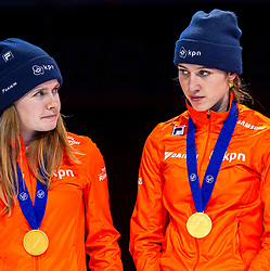 13-01-2019 NED: ISU European Short Track Championships 2019 day 3, Dordrecht<br /> (L-R) Yara van Kerkhof, Europees Kampioen Suzanne Schulting pose in the Ladies Relay medal ceremony during the ISU European Short Track Speed Skating Championships
