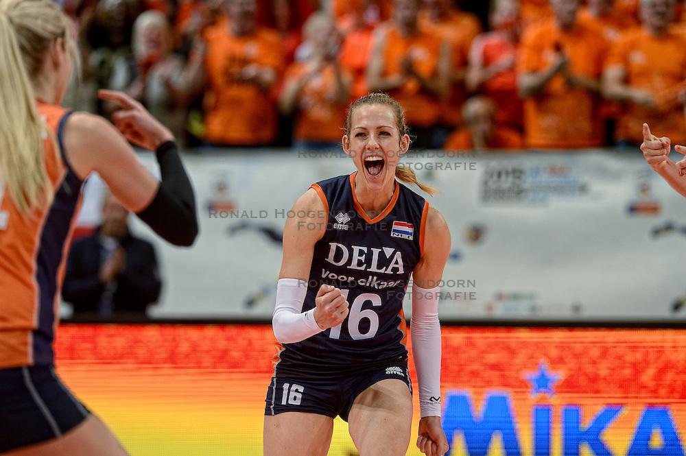 28-09-2015 NED: Volleyball European Championship Nederland - Italie, Apeldoorn<br /> Nederland verslaat Italie met klinkende cijfers 3-0 / Debby Pilon-Stam #16