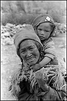 Inde. Province du Jammu Cachemire. Ladakh. Femme avec son enfant. // India. Jamu and Kashmir province. Woman with child.