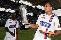 Fotball<br /> Frankrike<br /> Foto: Panoramic/Digitalsport<br /> NORWAY ONLY<br /> <br /> Joie de John Carew - Lyon /Paris Saint Germain-Trophee des Champions - 30.07.2006 - OL /PSG - Foot Football - Largeur attitude joie victoire trophee coupe