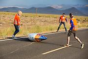 Vlak na de start valt Lieske Yntema met de VeloX V. Op maandagochtend vinden de kwalificaties plaats. Het team slaagt er door valpartijen niet in om de rijders en de VeloX V te kwalificeren. Het Human Power Team Delft en Amsterdam (HPT), dat bestaat uit studenten van de TU Delft en de VU Amsterdam, is in Amerika om te proberen het record snelfietsen te verbreken. Momenteel zijn zij recordhouder, in 2013 reed Sebastiaan Bowier 133,78 km/h in de VeloX3. In Battle Mountain (Nevada) wordt ieder jaar de World Human Powered Speed Challenge gehouden. Tijdens deze wedstrijd wordt geprobeerd zo hard mogelijk te fietsen op pure menskracht. Ze halen snelheden tot 133 km/h. De deelnemers bestaan zowel uit teams van universiteiten als uit hobbyisten. Met de gestroomlijnde fietsen willen ze laten zien wat mogelijk is met menskracht. De speciale ligfietsen kunnen gezien worden als de Formule 1 van het fietsen. De kennis die wordt opgedaan wordt ook gebruikt om duurzaam vervoer verder te ontwikkelen.<br /> <br /> The qualifying on Monday. The team didn't qualify due to crashes. The Human Power Team Delft and Amsterdam, a team by students of the TU Delft and the VU Amsterdam, is in America to set a new  world record speed cycling. I 2013 the team broke the record, Sebastiaan Bowier rode 133,78 km/h (83,13 mph) with the VeloX3. In Battle Mountain (Nevada) each year the World Human Powered Speed Challenge is held. During this race they try to ride on pure manpower as hard as possible. Speeds up to 133 km/h are reached. The participants consist of both teams from universities and from hobbyists. With the sleek bikes they want to show what is possible with human power. The special recumbent bicycles can be seen as the Formula 1 of the bicycle. The knowledge gained is also used to develop sustainable transport.