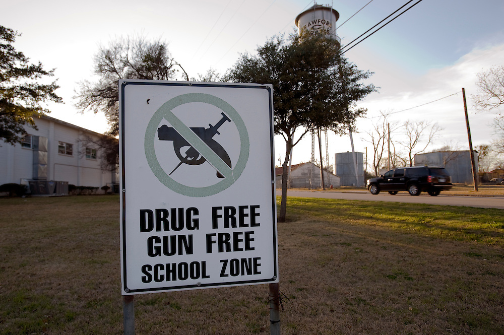 Crawford, Texas, USA.Drogen und Waffen freie Zone um die Hauptschule..Drug free, gun free school zone sign in front of school..Crawford, Texas, is the hometown of outgoing President George W. Bush, who bought the Prairie Chapel Ranch, located seven miles (10 km) northwest of town, in 1999. The farm was considered the Western White House of the President, who is leaving soon for a new home in  Dallas. His departure will bring major changes to this small town (population: 705), which had in part made a living by catering to the tourist, press and protesting crowds that came to visit. At the same time they are very tired of it all and seem to be glad that life can finally get back to normal now...©Stefan Falke