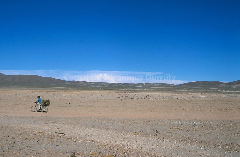 HOMME A VELO SUR LE PLATEAU DE L'ALTIPLANO, A COTE D'UYUNI, EN BOLIVIE