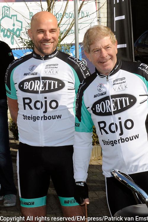 Ploegvoorstelling Sterrenfietsteam 2012 bij Boretti, Amsterdam Noord. Het Sterrenfietsteam fiets geld bij elkaar voor het goede doel.<br /> <br /> Op de foto: Paul Visser en Frits Barend