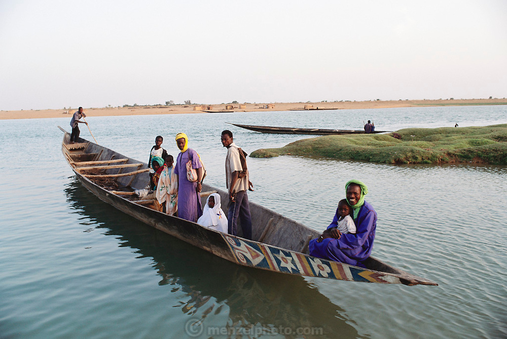 Late afternoon on the Niger River in the W. African village of Kouakourou, Mali. Material World Project.