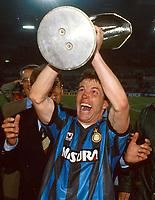 Fotball<br /> Inter Milan<br /> Foto: imago/Digitalsport<br /> NORWAY ONLY<br /> <br /> 22.05.1991<br /> Lothar Matthäus (Inter Mailand) jubelt mit der Trophäe
