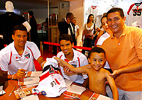 20091124: SAO PAULO, BRAZIL - Sao Paulo players sign autographs at Reebook store in Morumbi Stadium. In picture: Washington (L) posing with fans. PHOTO: CITYFILES