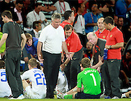 21-06-2008: Voetbal: Nederland-Rusland: Basel <br /> Guus Hiddink in gesprek met Igor Akinfeev tijdens de pauze van de verlenging<br /> Foto: Geert van Erven