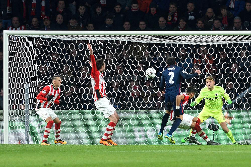 24-02-2016 NED: Champions League PSV - Atletico Madrid, Eindhoven<br /> Diego Godin #2 kopt de 1-0 binnen. Jeroen Zoet en Hector Moreno zijn kansloos maar de scheidsrechter keurt het doelpunt af door leunen op de tegenstander