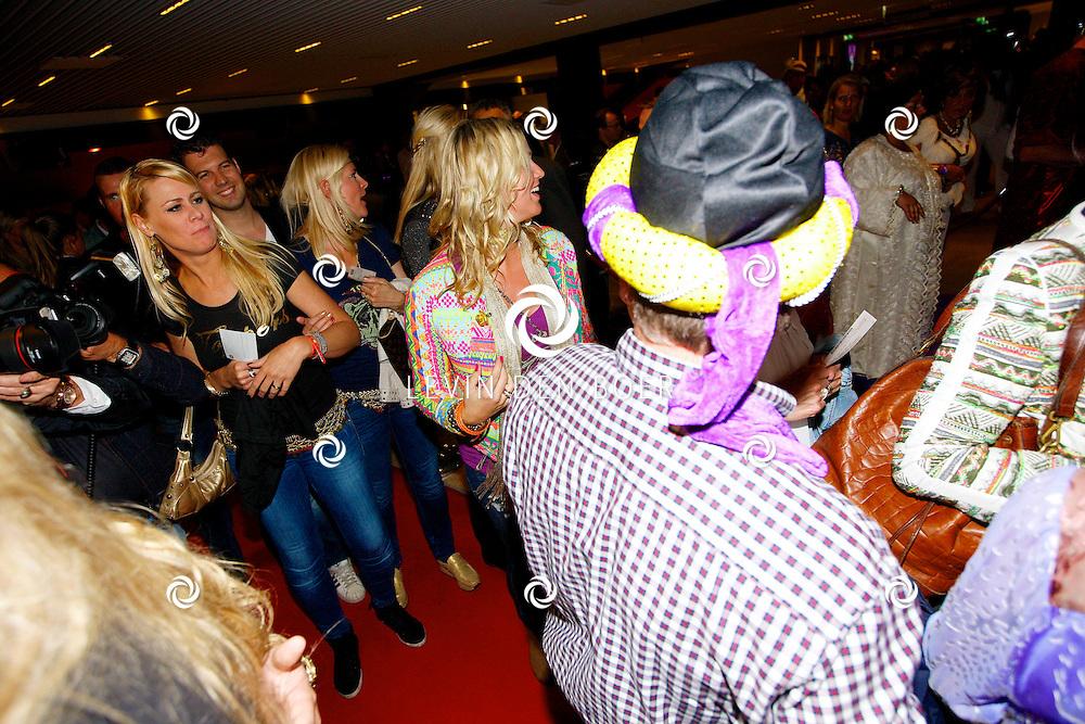 AMSTERDAM - Na het concert van De Toppers is er de welbekende VIP PARTY voor alle bekende Nederlanders. Met hier op de foto zwangere Liza Smit die hier niet wilden poseren voor de aanwezige pers en daarom gelijk probeerden door te lopen. FOTO LEVIN DEN BOER - PERSFOTO.NU