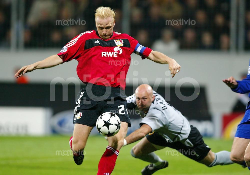 Fussball / Champions-League Saison 2002/2003 2. Spieltag Bayer 04 Leverkusen - Manchester United 1:2   Carsten Ramelow (li) vor Torwart Fabien Barthez (re, ManU)