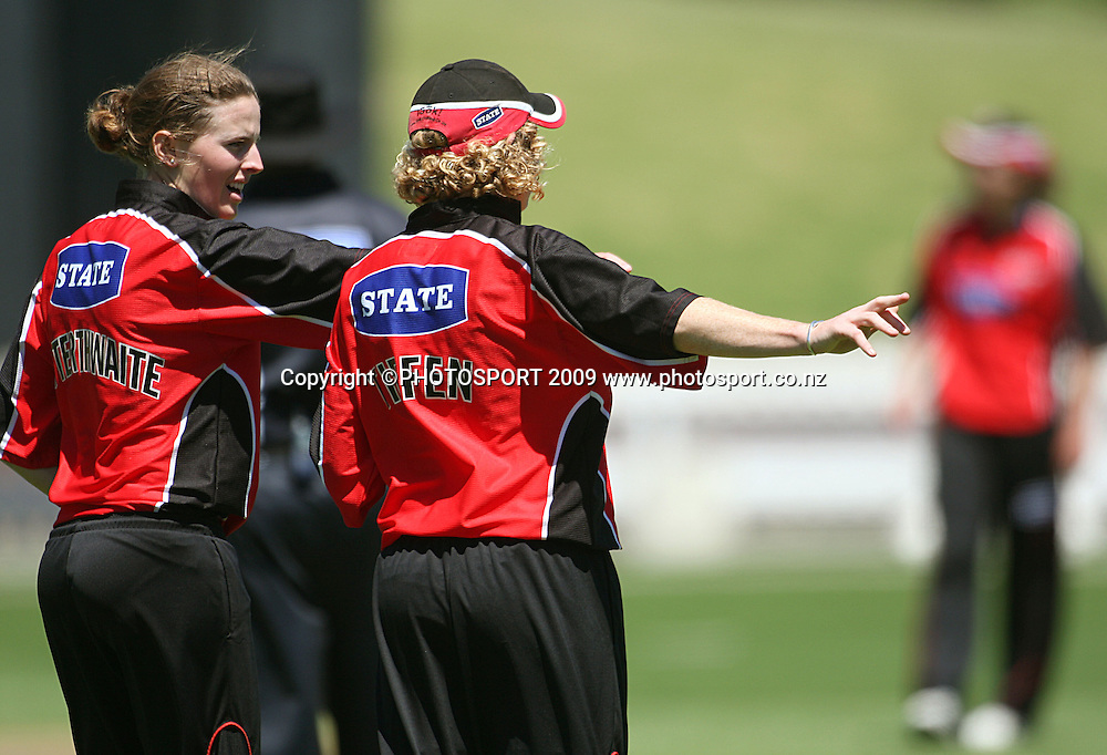 Bowler Amy Satterthwaite discusses feilding options with Canterbury captain Haidee Tiffen.<br /> State League final. Wellington Blaze v Canterbury Magicians at Allied Prime Basin Reserve, Wellington. Saturday, 24 January 2009. Photo: Dave Lintott/PHOTOSPORT